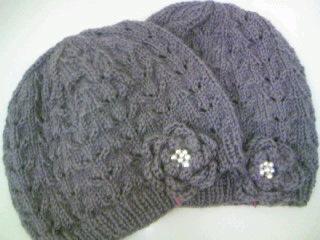 すかし編みのニット帽コサージュ付